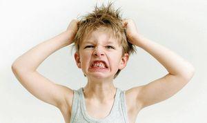 Kleiner Junge rauft sich die Haare